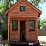 自動車で移動できる小さな家に住むカップル