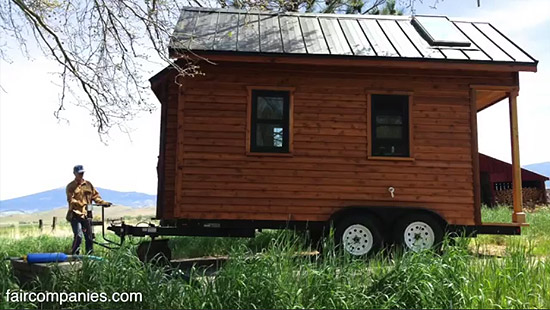 tiny-house-couple-living15