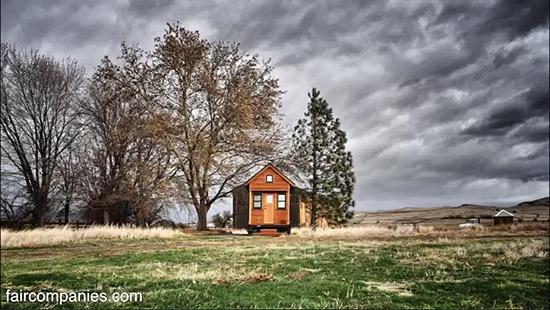 tiny-house-couple-living17
