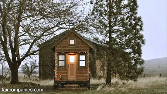 tiny-house-couple-living20
