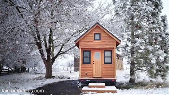 tiny-house-couple-living21