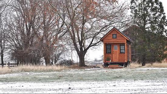 tiny-house-couple-living22