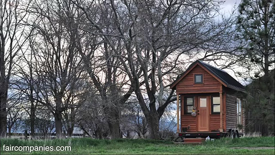 tiny-house-couple-living23