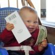 お金を握りしめる赤ちゃん