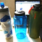 飲料水を持ち歩くための水筒3つと小さく潰せるペットボトル