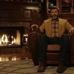 暖炉の前でスコッチ・ウイスキーを片手に無言のメッセージを伝えるおじさんの動画