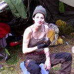 ドイツ美女がスウェーデンの森の中でブッシュクラフトキャンプすると絵になる